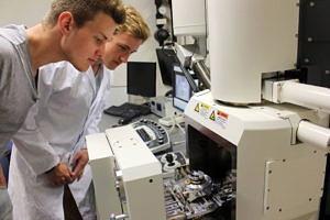 Interessante Einblicke in ein Rasterelektronenmikroskop von Zuzana Remetova, Micha Weidner, Christian Menke